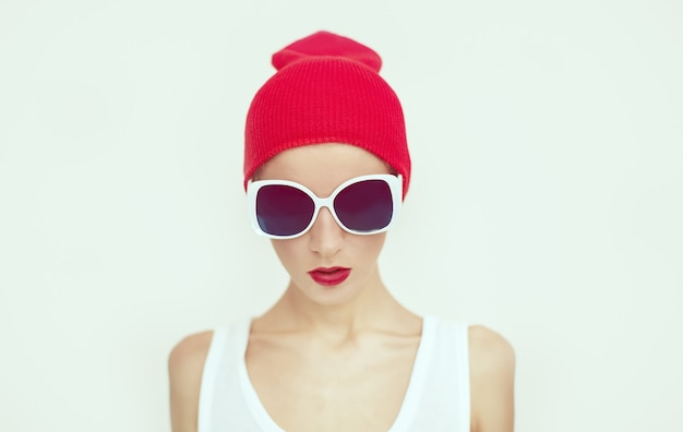 Ragazza alla moda con occhiali da sole