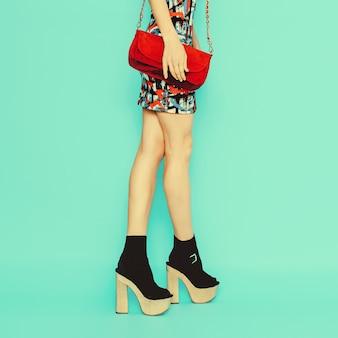 Signora della moda in un vestito alla moda e accessori.