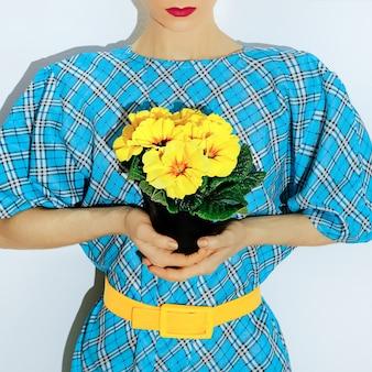 Fashion lady in abito a scacchi vintage e fiori gialli.