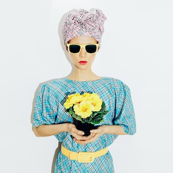 Signora della moda in abito vintage e un foulard. elegante stampa a scacchi