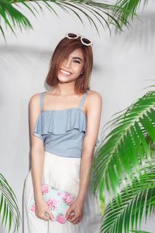 Ritratto di stile di vita di moda di giovane donna asiatica che ride e si diverte.