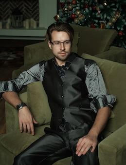 Moda uomo in interni moderni di lusso, tempo di cristmass.