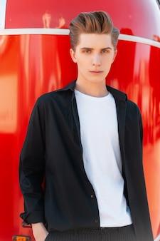 Uomo di moda con l'acconciatura in abiti casual sulla strada
