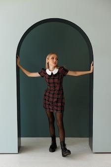 Modella nell'immagine autunnale in uno studio fotografico. poster autunnale, shopping, blogger