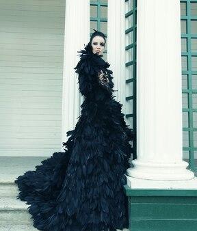 Modella in abito nero, all'aperto