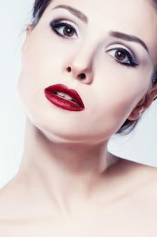 Il fronte della ragazza del modello di moda, donna di bellezza compone.
