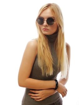 Ragazza del modello di moda isolata sopra bianco. donna bionda alla moda di bellezza che posa in vestiti alla moda e grandi occhiali da sole. stile casual con accessori di bellezza. stile urbano di alta moda.