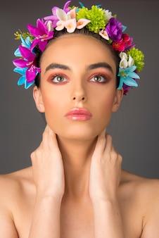 Ritratto di modella con trucco e corona di fiori Foto Premium