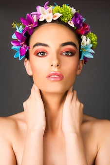 Ritratto di modella con trucco e corona di fiori