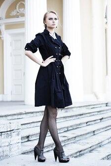 Modello di moda in posa su una strada cittadina