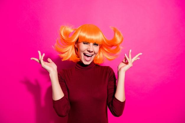 Modello di moda in posa con parrucca arancione