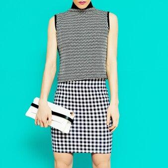 Modella in abiti eleganti combinazione geometrica di tendenza