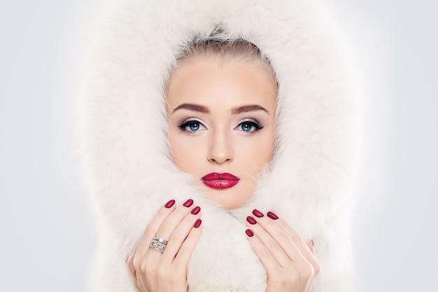 Modella con pelliccia bianca