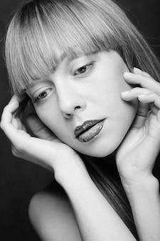 Modello di moda con labbra verdi