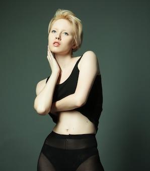 Modella con capelli biondi corti, foto in studio