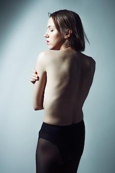 Modella con capelli biondi corti
