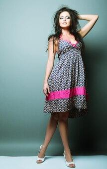 Modello di moda donna in posa in studio