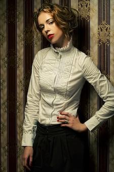 Modello di moda donna in posa