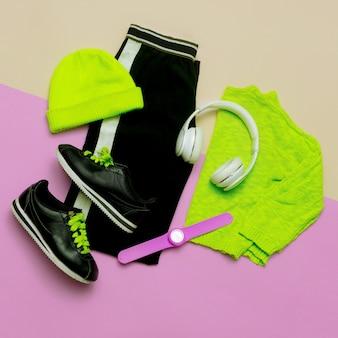 Fashion outfit per donna abiti alla moda e accessori luminosi sport urban minimal vista dall'alto headph
