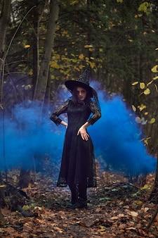 Foto di moda di donna con con trucco creativo in una foresta