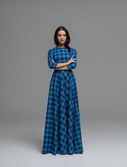 Foto di moda di giovane donna magnifica. ragazza in posa foto dello studio