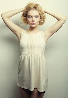 Foto di moda di una giovane donna magnifica in abito bianco