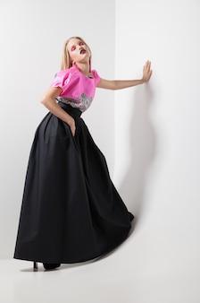 Foto di moda di una giovane donna in abito rosa