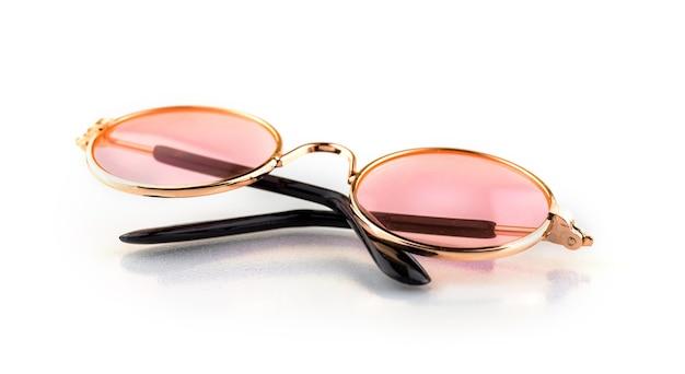 Occhiali rosa e rotondi alla moda, accessori per animali e persone, isolati su sfondo bianco