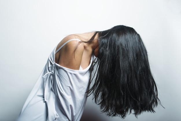 Moda ritratto di ragazza asiatica con i capelli leggermente svolazzanti nel vento