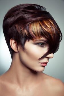 Ritratto di moda di una bella ragazza con capelli tinti colorati, colorazione professionale dei capelli corti. girato in studio.