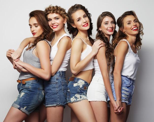 Ritratto di moda di cinque ragazze sexy alla moda