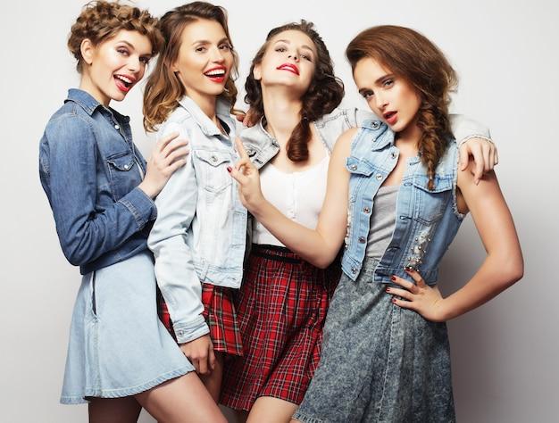 Moda ritratto di quattro ragazze alla moda migliori amici
