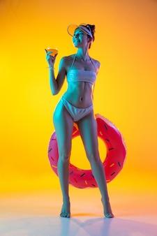Moda ritratto di ragazza in costume da bagno alla moda