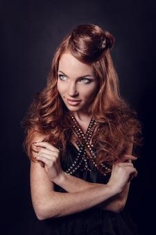 Moda ritratto di donna di lusso con gioielli.