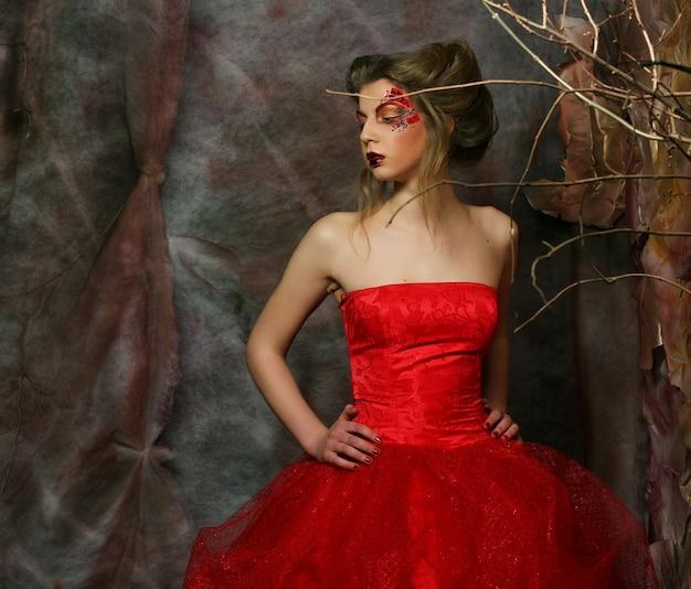 Moda ritratto di bella ragazza romantica con acconciatura, labbra rosse, abito d'arte. principessa in casa del mistero. concept creativo c'era una volta nella fantasia.