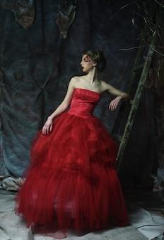 Moda ritratto di romantica bella ragazza con l'acconciatura