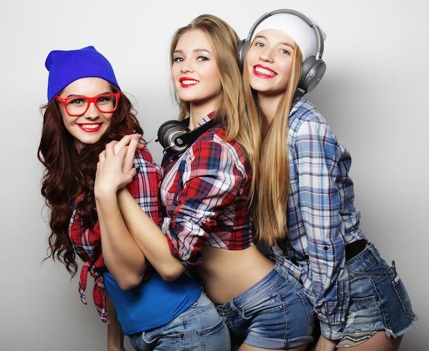 Ritratto di moda di tre ragazze alla moda hipster
