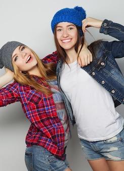 Ritratto di moda di due migliori amiche di ragazze hipster sexy alla moda, che indossano abiti e cappelli carini