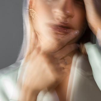 Ritratto di moda con l'effetto di sfocatura in movimento a una lunga velocità dell'otturatore