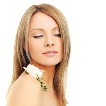 Moda ritratto di una giovane donna bellissima con i capelli biondi