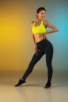 Moda ritratto di giovane donna in forma e sportiva su sfondo sfumato corpo perfetto pronto per