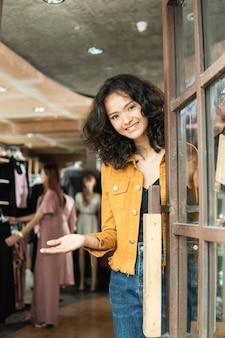 Proprietario del negozio di moda porta aperta