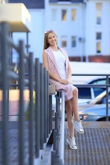 Ritratto di ragazza dello shopping di moda. bella ragazza in occhiali da sole. donna sorridente.