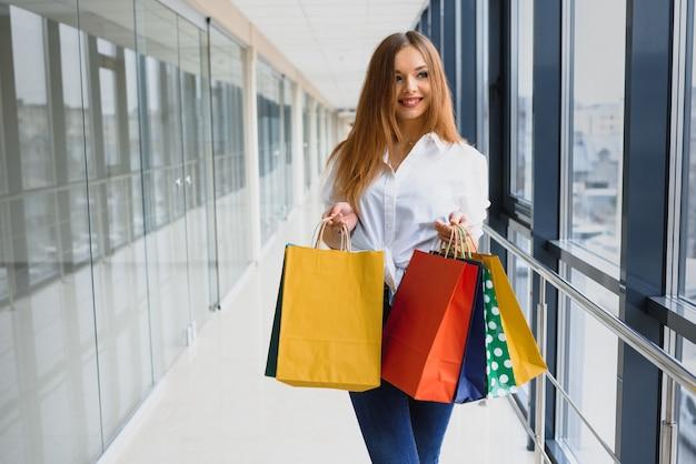Ritratto di ragazza dello shopping di moda