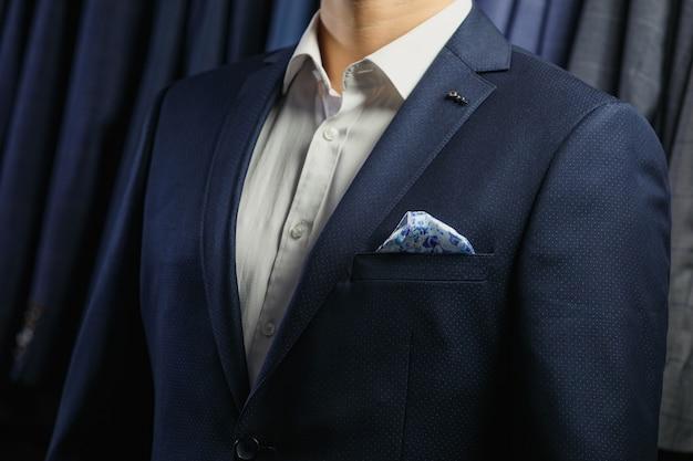 Colpo di moda di un bell'uomo in elegante abito classico.