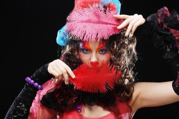 Colpo di moda di donna in stile bambola. trucco creativo abito fantasia. studio girato.