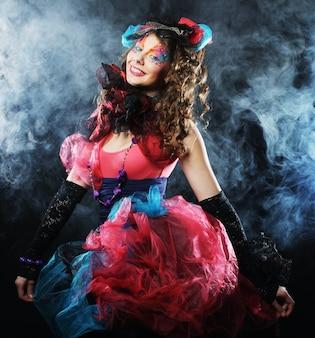Colpo di moda di donna in stile bambola. trucco creativo. abito fantasia. colpo dello studio.