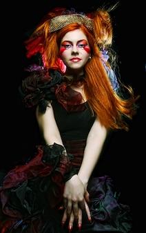 Colpo di moda di donna in stile bambola. trucco creativo abito fantasia.