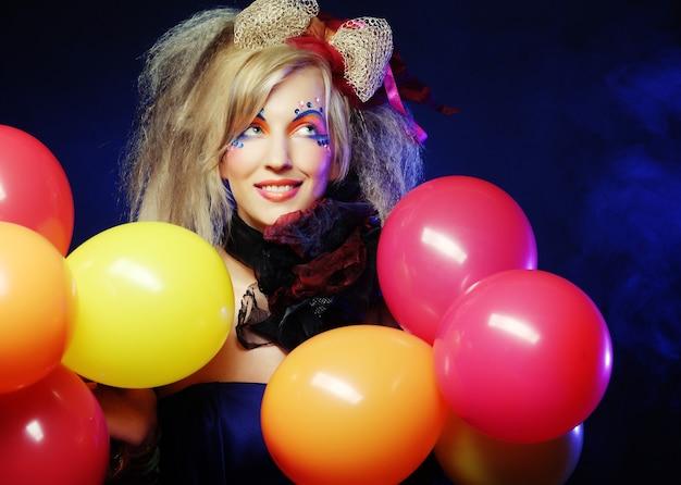 Colpo di moda di donna in stile bambola con palloncini. trucco creativo.