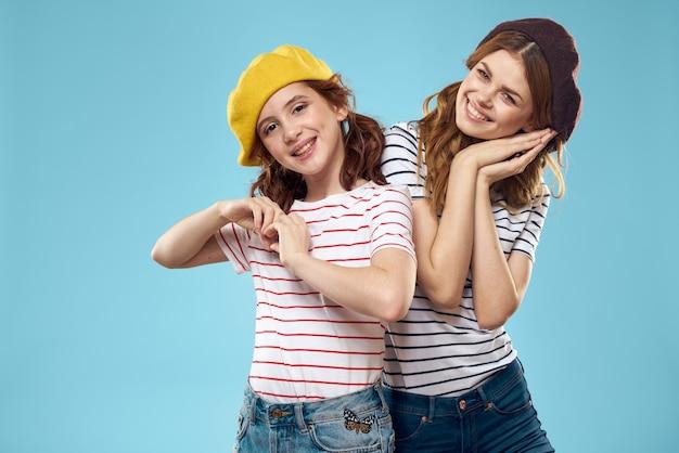 Sorelle di moda in cappelli divertimento studio blu di stile di vita